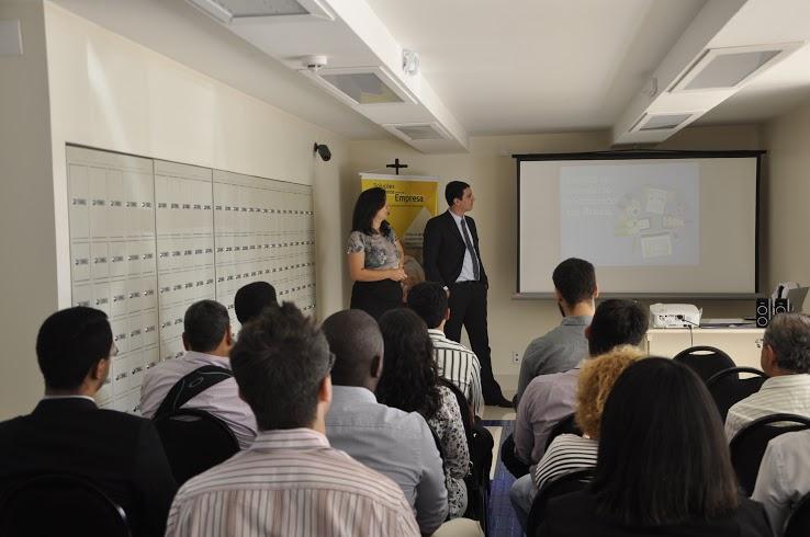 """A Agência Carcará realizou no dia 06 de Novembro de 2014 palestra sobre a era do e-commerce nos Ciclos de Atendimento Permanente na Agência modelo dos Correios no Setor Hoteleiro Sul em Brasília. Um momento especial onde passaremos de uma maneira descontraída e didática os potenciais desse maravilhoso mundo digital, para os seleto grupo de empresários participantes.  A palestra O foco da palestra """"A era do e-commerce"""" é apresentar o cenário do e-commerce no Brasil e o seu crescimento ocorrido durante o ano de 2014. Por meio de estudos e pesquisas dos profissionais da Agência Carcará (Alexandre Augusto, Raul Evaristo e Mayra Figueiredo) juntamente com o Professor e Palestrante Israel Pereira , será apresentada também uma prospecção de como será o cenário do comércio online para o ano de 2015."""