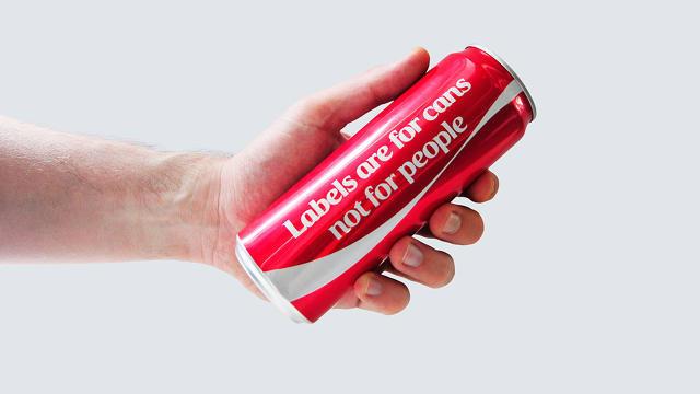 """As marcas sempre aderem a movimentos e levantam a bandeira da igualdade , e durante o  Ramadã – nono mês do calendário islâmico, em que muçulmanos praticam um ritual de jejum – a Coca Cola retirou o rótulo de suas latas para dizer ao público que """"rótulos são para latas, não para pessoas"""". A campanha, criada pela agência FP7/DXB, que fica em Dubai, lançou latas especiais para o mês de Ramadã, nono mês do calendário islâmico em que muçulmanos praticam ritual de jejum."""