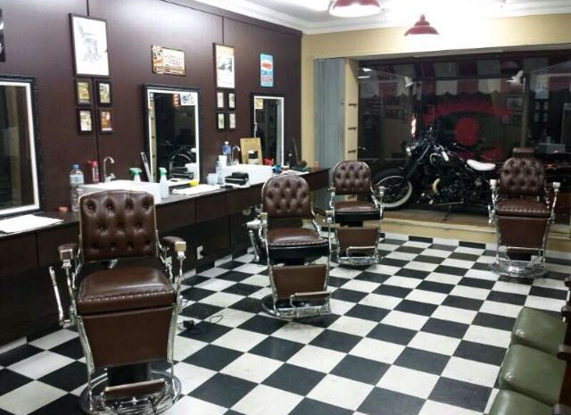 Barbearia 9 de Julho  Com 7 anos de existência e seis pontos em SP, é uma das responsáveis por popularizar este tipo de serviço na cidade. Tem clientela fiel e atende por ordem de chegada, sem horário marcado.