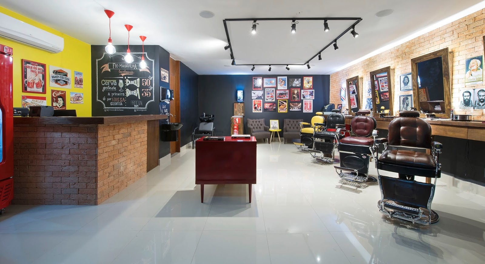 O casal Julia Roseo e Tiago Favilla inaugurou, na Asa Norte, a barbearia Fio Maravilha. Com um conceito retrô e diferente, o espaço traz a cultura dos antigos barber shops, apostando numa decoração clássica regada a jazz na vitrola e cervejas especiais.