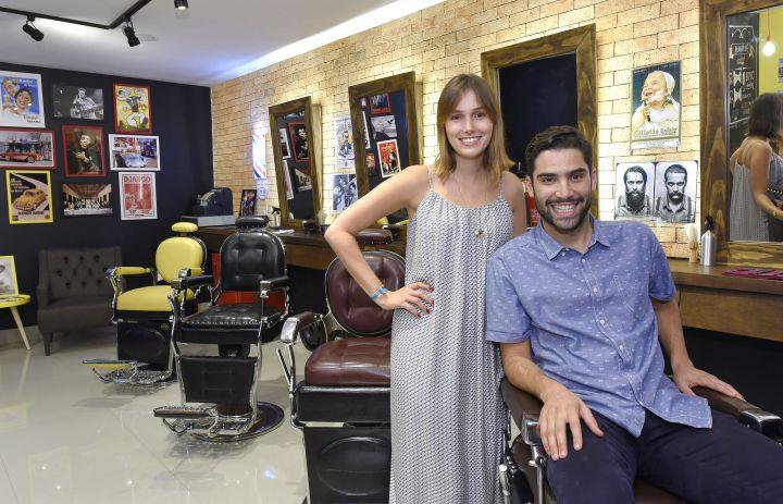 Com bar e decoração retrô, barbearias são novo espaço de socialização em Brasilia