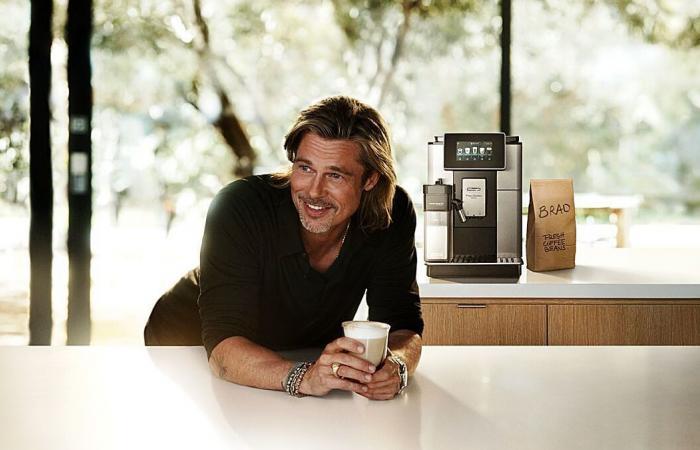 Brad Pitt passeia por Los Angeles carregando café gourmet, em rara aparição numa campanha